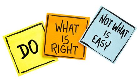Haga lo que es correcto, no lo que es un consejo fácil o un recordatorio: escritura a mano en notas adhesivas aisladas Foto de archivo - 83079450