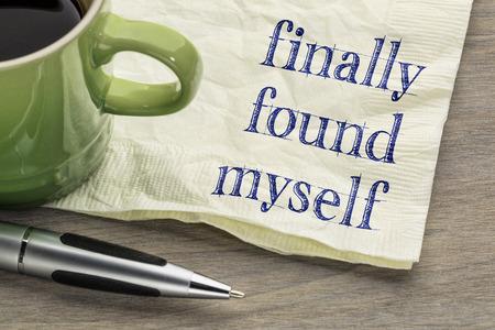 마침내 자신을 발견 - 자기 발견 개념 - 커피 한잔과 냅킨에 필기