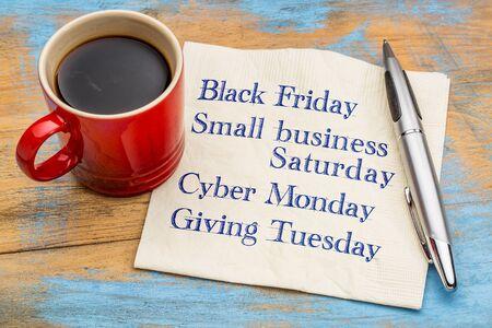 Días de compras después del Día de Acción de Gracias - escritura en una servilleta con una taza de café Foto de archivo