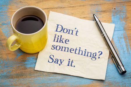 Não gosta de alguma coisa? diz! Escrita em um guardanapo com uma xícara de café expresso Foto de archivo - 86788164