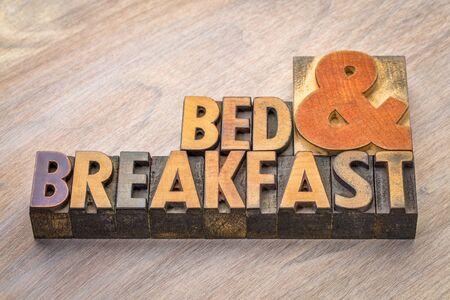 빈티지 활자 나무 종류에 침대와 아침 식사 단어 요약