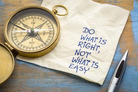 Faça o que é certo, não o que é fácil conselho ou lembrete - caligrafia em um guardanapo com uma bússola de bronze antigo Foto de archivo - 87331601