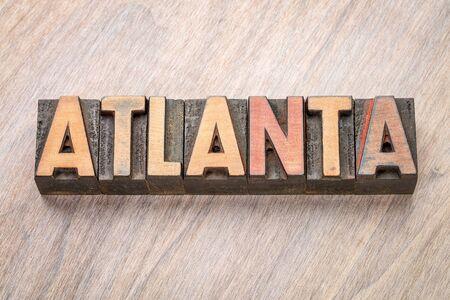 Het woordsamenvatting van Atlanta in uitstekend letterzetsel houten type tegen korrel houten achtergrond Stockfoto