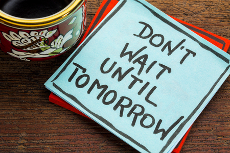 No espere la mañana - asesoramiento o recordatorio en una nota adhesiva con una taza de café Foto de archivo - 87534876
