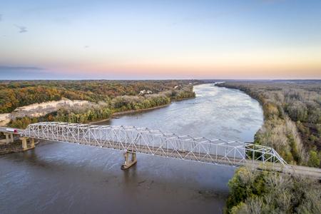 ミズーリ川橋と高速道路 I-70 の近く Rocheport, ミズーリ (テイラーの着陸) - 10 月の深夜に空撮