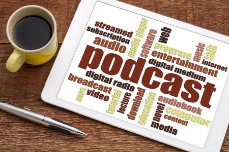 podcast woordwolk op een digitale tablet met een kopje koffie - internet radio concept