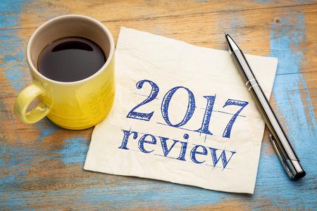 2017 리뷰 나무 책상에 커피와 함께 냅킨에 텍스트를 검토