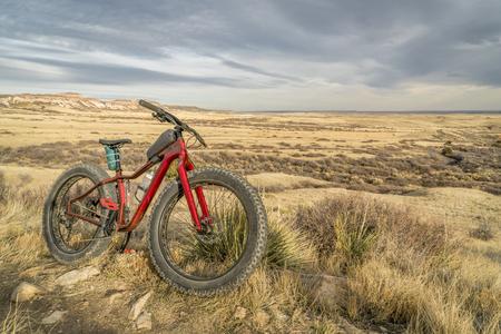 dikke mountainbike op een parcours in de natuurlijke omgeving van de Soapstone Prairie in het noorden van Colorado, laat herfstlandschap