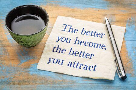 Hoe beter je wordt, hoe beter je aantrekt, wet van aantrekkingsconcept - handschrift op een servet met een kopje thee
