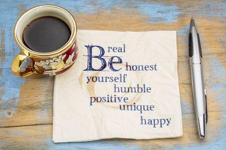 실용적이고, 정직하고, 겸손하고, 긍정적이며, 독특하고, 자신 있고 행복하게 - 커피 한잔과 함께 냅킨에 필기하십시오.