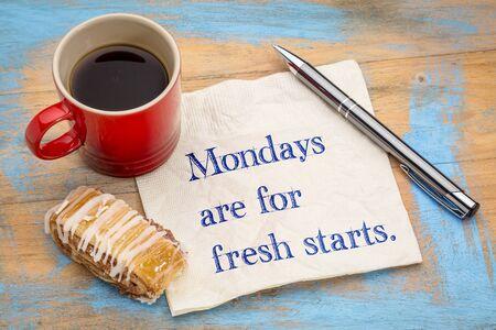 Maandagen zijn voor een frisse start - handwriitng op een servet met een kopje koffie en koekje