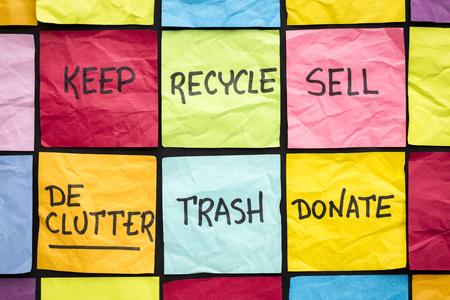 Concepto de ordenamiento (mantener, reciclar, desechar, vender, donar - escritura a mano en notas adhesivas de color) Foto de archivo