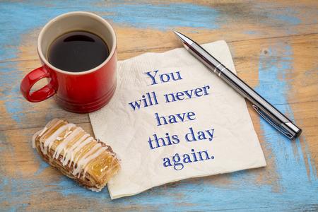 Je zult deze dag nooit meer hebben - inspirerende notitie op een servet met een kopje koffie