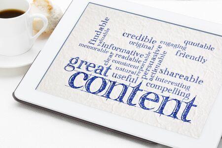 Gran contenido de redacción de nube de palabras en un tbalet digital con una taza de café - concepto de redacción empresarial y marketing de contenido Foto de archivo
