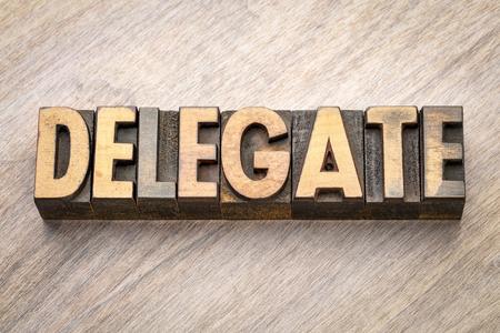 Délégué - résumé de mot en type de bois typographique vintage