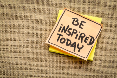 Be inspired today reminder - handwriting on sticky notes against burlap canvas 스톡 콘텐츠