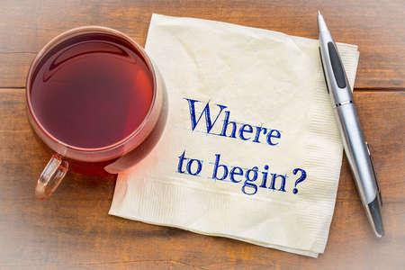 Wo soll ich anfangen? Eine Frage, Hnawriting auf einer Serviette mit einer Tasse Tee.