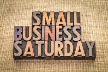 Resumen de palabras de sábado de pequeñas empresas - texto en tipografía de madera de época contra el lienzo de arpillera, concepto de compras navideñas