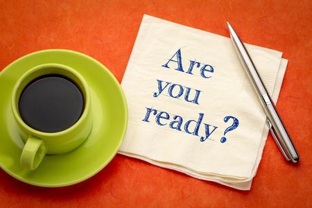 Tu est prêt? Écriture manuscrite sur une serviette avec une tasse de café expresso.