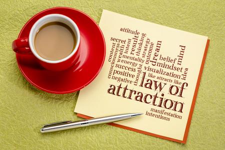 Ley de atracción nube de palabras en una nota de papel con una taza de café Foto de archivo