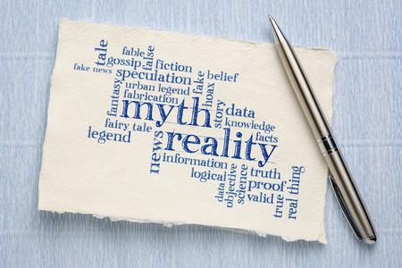 Mythe contre réalité nuage de mots - écriture manuscrite sur une feuille de papier Khadi rugueux