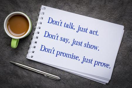 Ne parlez pas, agissez simplement. Ne dites pas, montrez simplement. Ne promettez pas, prouvez simplement. Motivation et écriture dans un carnet de croquis d'art avec une tasse de café. Banque d'images