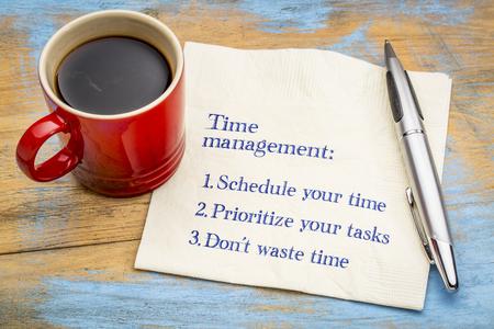 Conseils de gestion du temps - écriture manuscrite sur une serviette avec une tasse de café