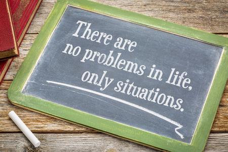 Er zijn geen problemen in het leven, alleen situaties - witte krijttekst op een leisteenbord. Stockfoto