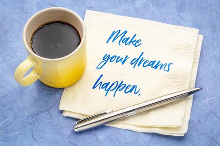 Maak je dromen waar - handschrift op een servet met een kopje koffie