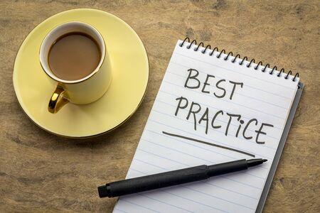 mejores prácticas: escritura a mano en un cuaderno de espiral con una taza de café