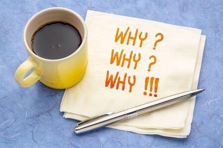 Warum? Warum? Warum!!! Handschrift auf einer Serviette mit einer Tasse Kaffee.