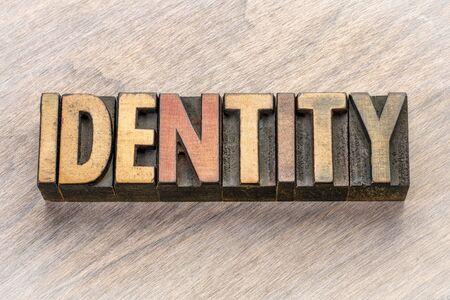 Identitätswort abstrakt in Vintage Buchdruck Holzart Standard-Bild