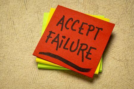 accepter l'échec - écriture manuscrite sur une note de rappel contre du papier texturé Banque d'images