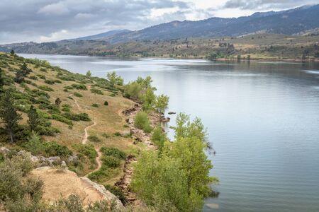 Mountain Lake, depósito Horsetooth en el norte de Colorado, cerca de Fort Collins, en una tranquila mañana de verano