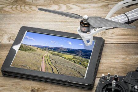Dolina rzeki Laramie w północnym Kolorado – przeglądanie zdjęcia lotniczego na cyfrowym tablecie Zdjęcie Seryjne
