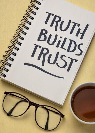 La verità crea fiducia citazione ispiratrice - scrittura a mano in un album da disegno con una tazza di tè, affari, servizio clienti o concetto di relazione