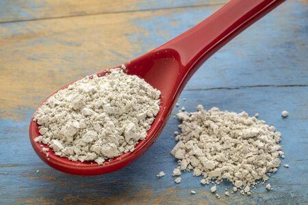 integratore di farina fossile per uso alimentare - cucchiaino di polvere in gres