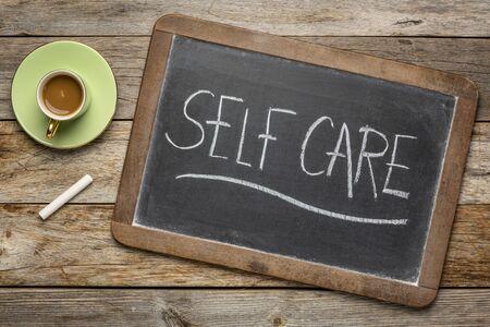 Soins personnels - écriture à la craie blanche sur un tableau noir avec une tasse de café, style de vie et concept de soins de santé
