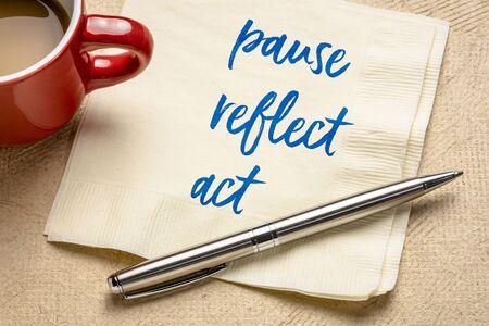concept de pause, de réflexion, d'action - écriture inspirante sur une serviette avec café, concept d'entreprise et de développement personnel Banque d'images
