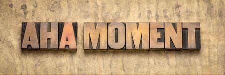 Aha-Moment-Wortzusammenfassung in Vintage-Buchdruck-Holzblöcken gegen strukturiertes Rindenpapier, plötzliche Einsicht oder Entdeckungskonzept Standard-Bild