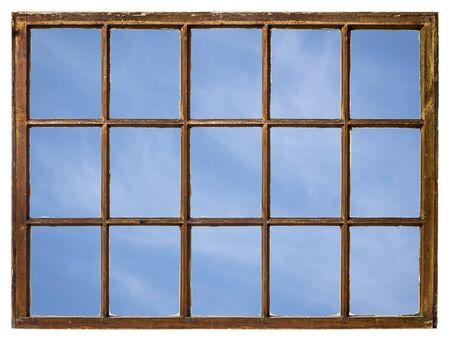 blauer Himmel mit zarten weißen Wolken von einem Vintage-Schiebefenster aus gesehen