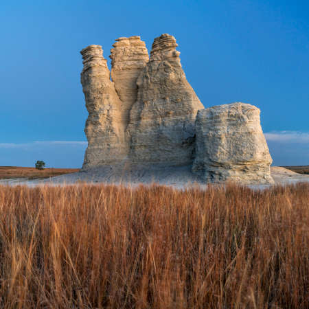Castle Rock  - limestone pillar landmark in prairie of western Kansas near Quinter (Gove County), windy fall morning before sunrise Foto de archivo - 150611833