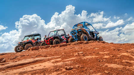 MOAB, UT, USA - MAY 7, 2017: Group of ATV riders enjoys a break on a summit of the Hurrah Pass on the popular Chicken Corner trail in the Moab area. 新聞圖片