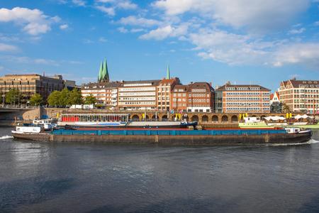 Uitzicht op de promenade en de boog van de rivier de Weser
