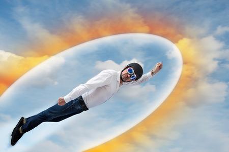Il supereroe vola attraverso le nuvole circondate da uno scudo a forma di ovale Archivio Fotografico - 96286092