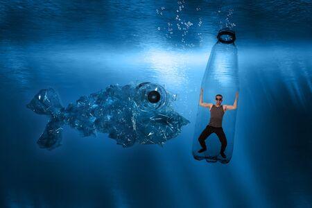 Ein Mann ist in einer Plastikflasche unter Wasser gefangen und ein riesiger Plastikfisch nähert sich ihm
