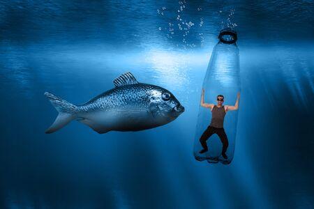 Ein Mann ist in einer Plastikflasche unter Wasser gefangen und ein riesiger Fisch nähert sich ihm