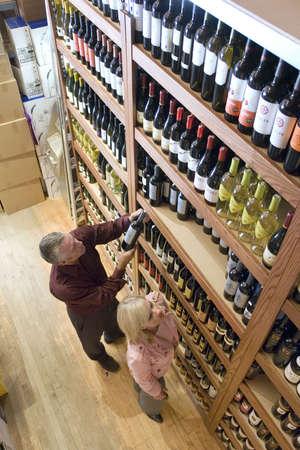 Shopping-Paar für Wein