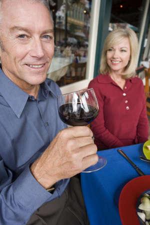 Zu zweit genießen, ein romantisches Essen außerhalb  Standard-Bild - 931940