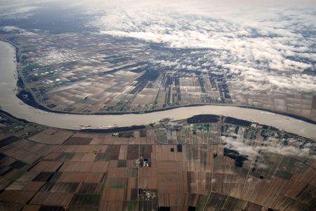 Luftaufnahme von der alten, m�chtigen Mississippi River, die durch Louisiana Ackerland auf eine kalte, nasse Winter Tag. Lizenzfreie Bilder